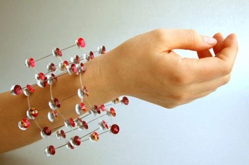 Armbånd av aluminiumsbokser og belagt ståltråd